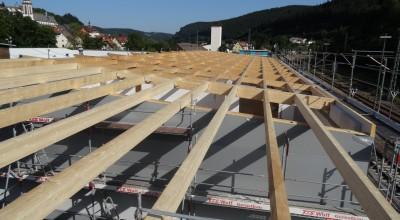 Fest verankert bilden die Holzbalken eine sichere Grundlage für das Dach. Auch die Wandelement sind gut verankert. Achtung! Höchste Vorsicht […]