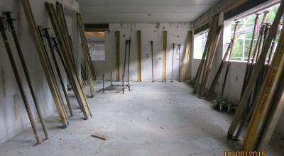 Nach den Handwerkerferien sieht man weitere Ergebnisse. Der Stützenwald und die Schalung des Bürogebäudes wurden entfernt, die Versorgungsleitungen verlegt und […]