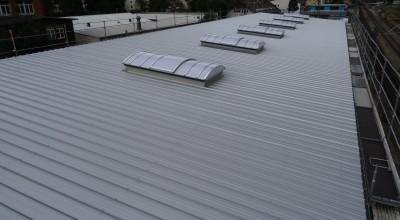 Die Dachfenster sind eingesetzt und das Bürodach wurde fertig betoniert.