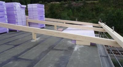 Die Dämmung und die Dachkonstruktion werden auf das Bürogebäude