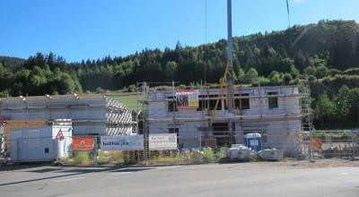 Mit großen Schritten wird am Dach der Halle weitergearbeitet, auch im Bürogebäude wird mit Beton kräftig gebaut. 🙂