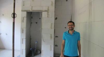 Im Versorgungsraum laufen alle wichtigen Leitungen wie Strom, Wasser oder Gas zusammen. Im Beitragsbild sieht man den Architekt des Neubaus […]