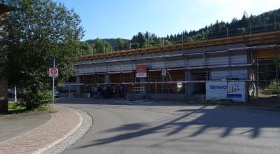 Der Neubau wurde mit dem Richtspruch gesegnet 🙂 Somit ist der Rohbau der Halle und dem Büro fertig.