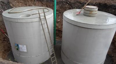 Die beiden Regenwasserspeicher Tanks sind angekommen und werden in den vorbereiteten Bereich gehievt.