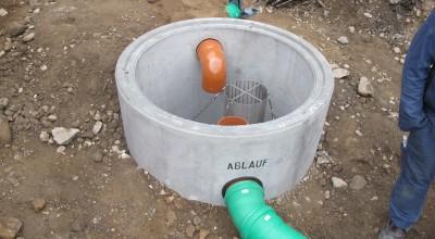 Der Filterschacht wird eingesetzt. Er filtert das Regenwasser für die beiden Regenwasserspeicher.