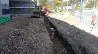 Der Graben für die Entwässerungs Rohre ist gezogen.